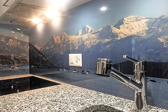 k chenr ckwand aus glas mit panoramafoto der berner alpen. Black Bedroom Furniture Sets. Home Design Ideas