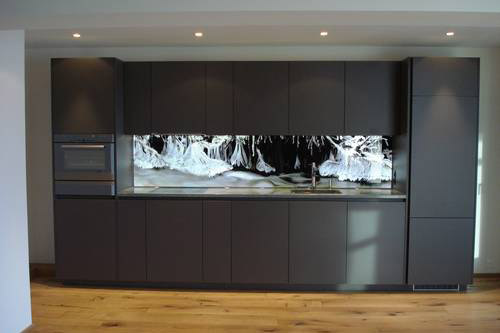 hinterleuchtete k chenr ckwand aus glas. Black Bedroom Furniture Sets. Home Design Ideas